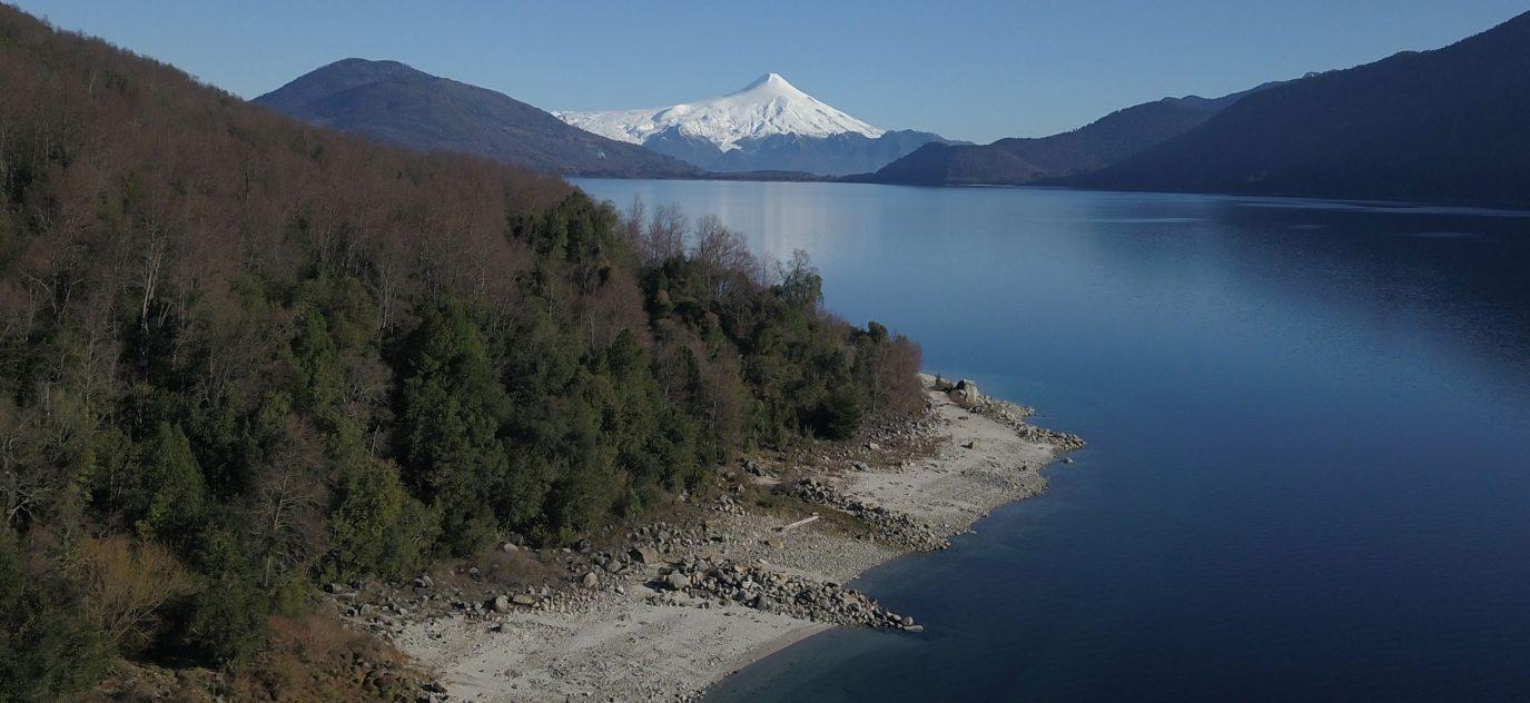 Vista al lago y al volcán