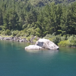 La orilla de lago y sus aguas transparentes