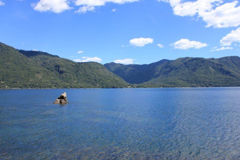 Vista desde el terreno hacia el lago